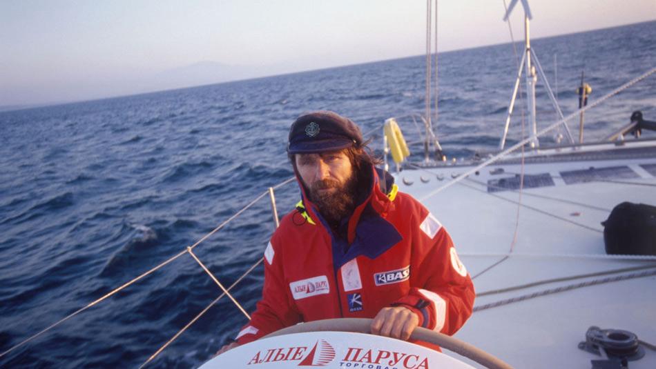 Уже ставший легендарным российский путешественник Федор Конюхов в одиночку пересек Тихий океан за менее чем 160 суток. До этого на простой гребной лодке он пересек Атлантику за 46 суток. В списке мест, где побывал путешественник и священник РПЦ, значатся Северный и Южный полюсы, Полюс относительной недоступности в Северном Ледовитом океане, Эверест и мыс Горн
