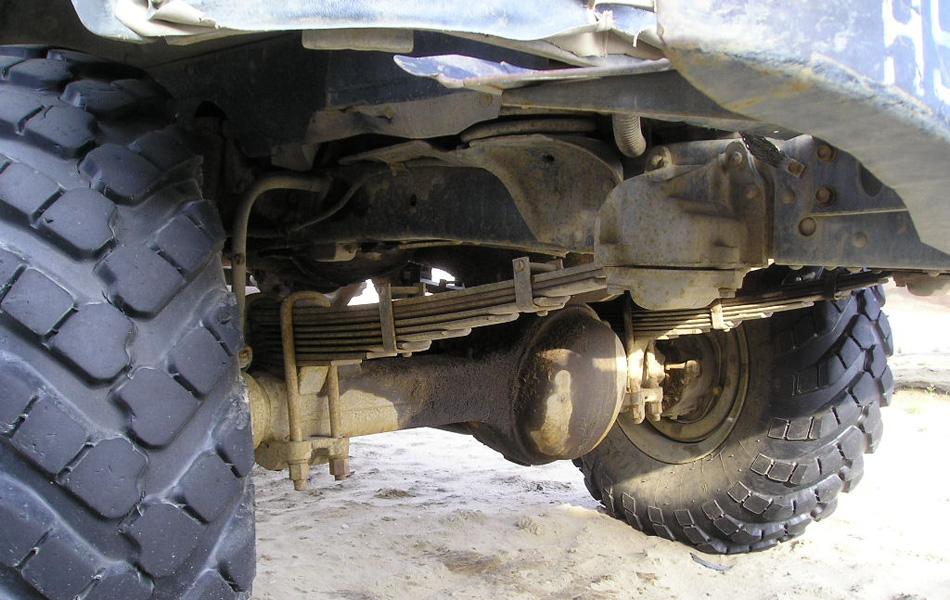 При использовании ГАЗ-66 наблюдалась нехарактерная для внешне топорного грузовика приятная плавность хода. Не вдаваясь, в технические подробности, можно сказать, что за это приходилось платить тем, что советский унимог нельзя было перегружать.