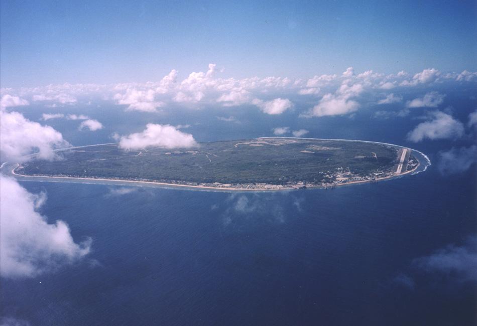 Жители Республики Науру — самый маленький островной народ в мире, с населением в 10 000 человек. Известная как «приятный остров», Науру тем не менее почти не имеет туристической индустрии. Чтобы добраться сюда, сперва нужно прилететь в австралийский Брисбен, а уже затем взять билеты на рейс до Науру, который летает раз в неделю.