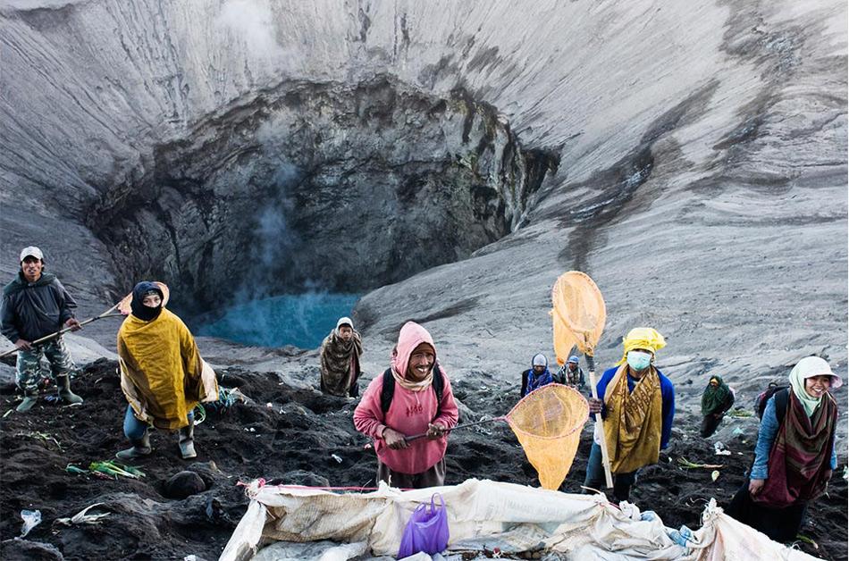 Учитывая столь занимательный сценарий, неудивительно, что национальный парк привлекает множество туристов. Помимо Бромо люди едут посмотреть на окружающие его необычные пейзажи, включая уже упомянутое Песчаное море, высокие скалы и вершины других вулканов. Все это настолько же чарующе, насколько не приспособлено для жизни.
