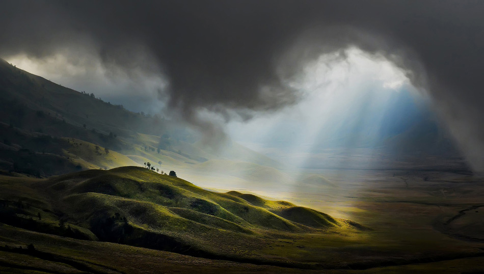 Посетители Бромо могут взобраться на вулкан или на соседнюю гору Пенаньякан, с которой также открывается прекрасный вид. Да и вообще вся местность идеально подходит для активной прогулки. Бромо особенно красив на восходе, когда солнечные лучи придают горам неземную красоту. Но так как это действующий вулкан, некоторые территории туристам все же недоступны.