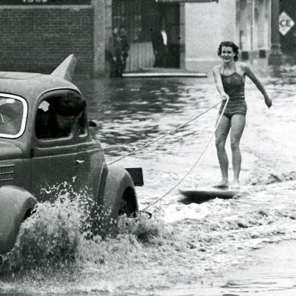 Эта привлекательная особа больше напоминает звезду Голливуда, однако Мэри-Энн Хокинз выбрала другой путь и в 38-м, 39-м и 40-м годах стала победительницей Тихоокеанского чемпионата по серфингу среди девушек. На фото она в калифорнийском Лонг-Бич в начале 40-х годов