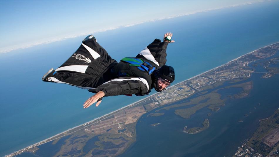 23 мая 2012 года Гари Коннери прыгнул с вертолета с высоты 731,5 метр. Спустя минуту он приземлился, развив перед этим скорость в 128 км/ч. Парашюта у Коннери не было. Гарри стал одним из пионеров вингсьют-прыжков.
