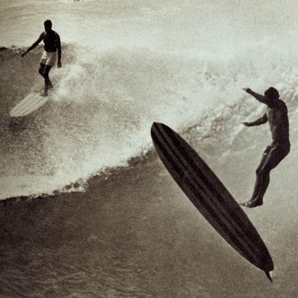 Серферы покоряют волны в Макахе на Гавайях. 1966 год.