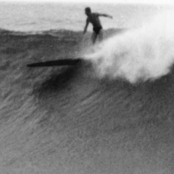 Джордж «Арахис» Ларсон — классический типаж совершенно неугомонного и безрассудного серфера из Калифорнии довоенного времени. Он не только катался, но и был производителем досок для серфинга, что помогло ему выжить во время Великой депрессии. На фото он в Дана Пойнт в начале 40-х.
