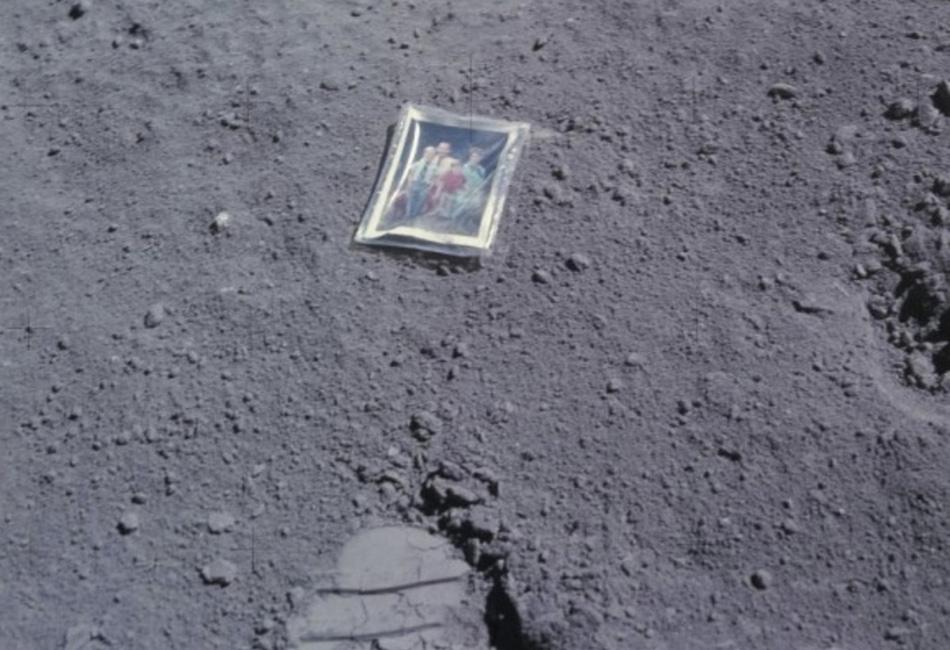 Снимок семьи Чарльза Дьюка, оставленный им на Луне, 1972. Рядом с карточкой отпечаток ноги астронавта. Не относящаяся к этой потере деталь: после успешного приземления и одновременного завершения карьеры в НАСА Дьюк стал проповедником и предсказателем по Ветхому Завету. Неужели, на него там нашло озарение?