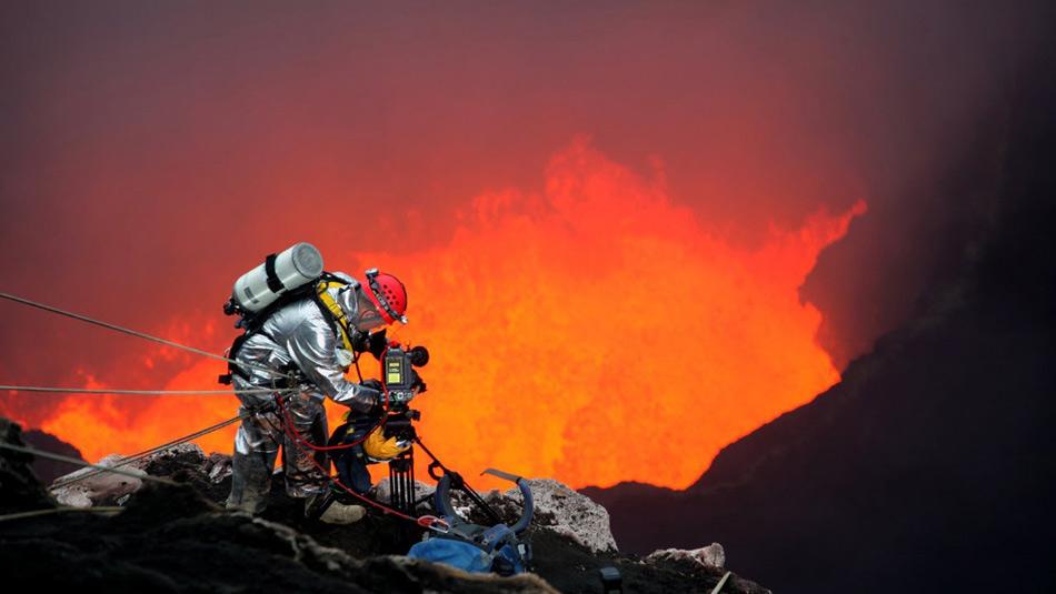 Геоф Макли сделал себе имя, бывая в таких местах, где ни одному человеку не захочется оказаться. Макли — фотограф, сделавший снимки с более 70 природных катастроф, включая цунами, ураганы самой высокой категории, сильнейшие лесные пожары и даже кратеры вулканов. Там, где абсолютное большинство пытается спасти собственные жизни, Макли идет в прямо противоположном направлении с камерой в руках.