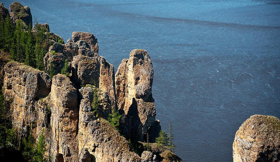 Тектонический сдвиг, произошедший около 400 000 лет назад, создал разломв бассейне Лены, приподняв всю территорию на 200 метров, и таким образом создал уникальные скальные образования.
