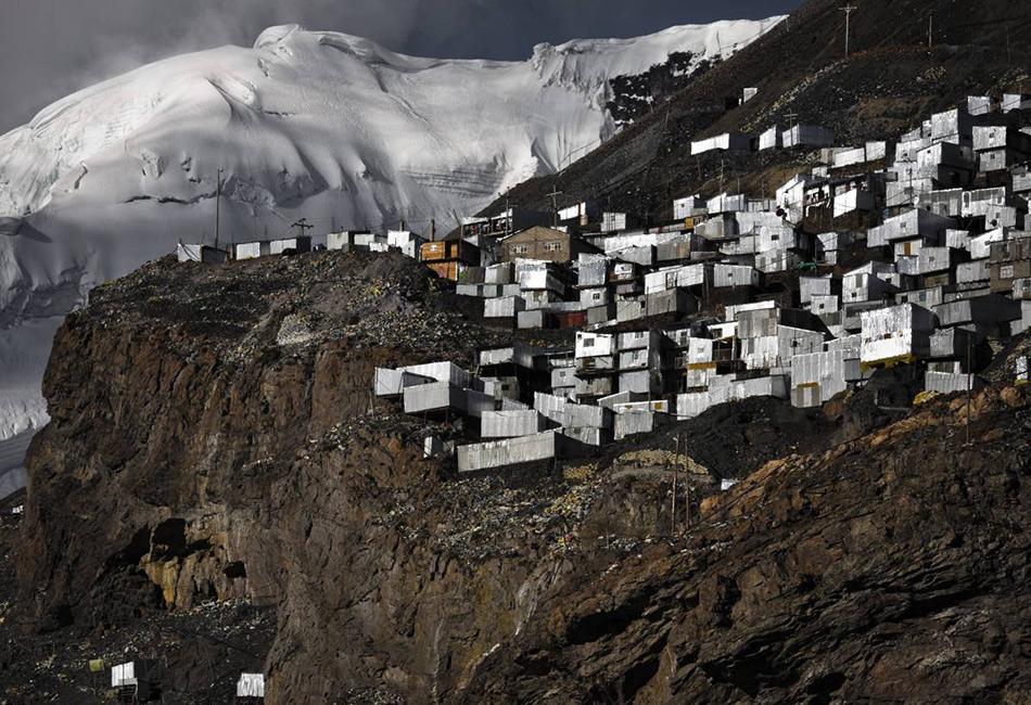 По пути в Ла-Ринконаду вам может перестать хватать воздуха — это самое высокое в мире поселение находится в перуанских Андах на высоте более 5 000 метров. Причем располагается Ла-Ринконада даже не на вершине горы, а на вершине застывшего ледника. Добраться до этого поселения горянков можно только на грузовике, а проживает здесь порядка 30 000человек.