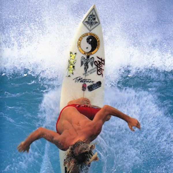 Мэтт Архболд из Калифорнии начинал как скромный юноша в середине 80-х и постепенно эволюционировал в покрытого татуировками культового героя серферов. 1990 год.