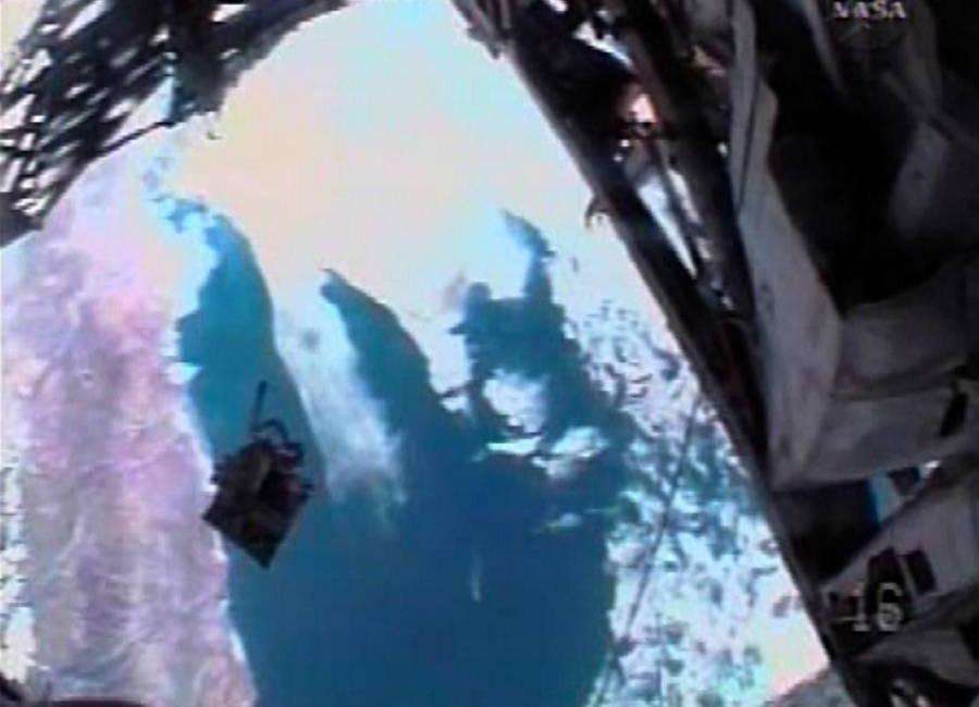 Сумка с инструментами, улетающая вдаль от астронавта Хайдемари Марты Стефанишин-Пайпер, находящейся за бортом шаттла Индевор STS-126, 2008. Во время проведения ремонтных работ она обнаружила, что смазочный пистолет внутри сумки протек и ей пришлось доставать инструмент для очистки. В этот же момент сумка буквально выскользнула из ее рук, но поставленные задачи удалось все-таки выполнить благодаря комплекту инструментов другого астронавта. В космос она, кстати, после этого больше не выходила. Видимо, Хьюстон не прощает оплошностей.