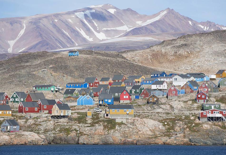 Гренландия с населением в 57 000 человек уже сама по себе является весьма удаленным местом. Но Иллоккортоормиут — все же самая отдаленная ее часть. Эта небольшая рыбацкая и охотничья деревня располагается на восточном побережье острова, чуть севернее Исландии. Проживает в Иллоккортоормиуте около 500 человек, а добратьсясюда на лодке можно в течение только трех месяцев в году из-за ледников. Аэропорт находится примерно в 40 километрах и используется очень редко.