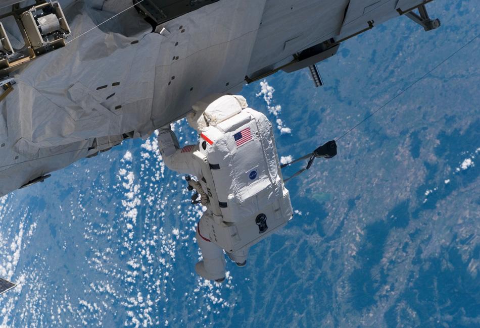 Болт с шайбой и пружиной (их не видно, но они есть), которые астронавт Джо Тэннер упустил из рук во время монтажа солнечной панели на фюзеляже «Атлантиса», 2006. К слову, в этой миссии ему помогала уже известная нам «дама, потерявшая сумочку» Стефанишин-Пайпер, которой суждено было повторить «подвиг» коллеги двумя годами позже.