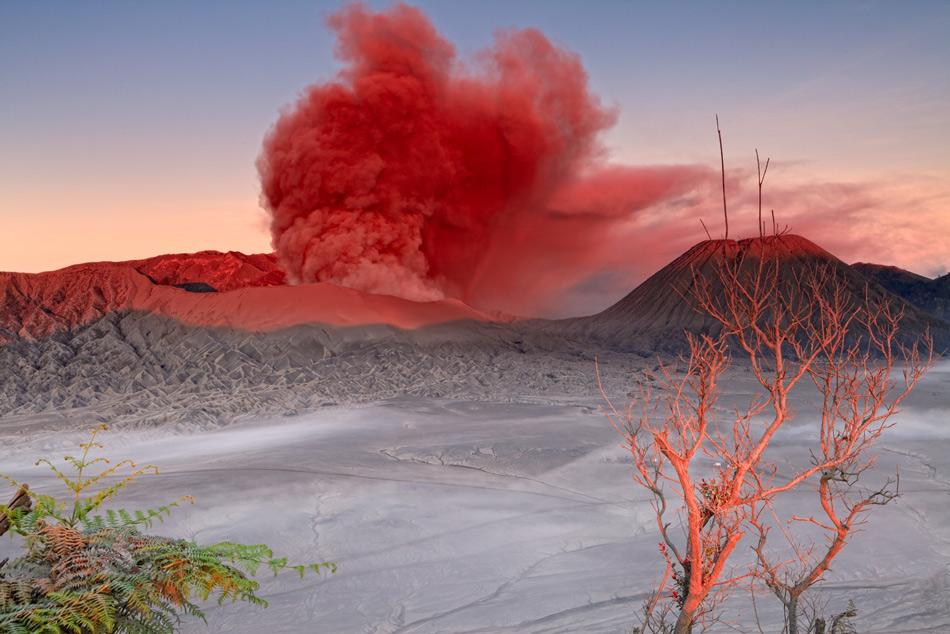 Смертельная красота За последние годы Бромо извергался несколько раз. В конце 2010 — начале 2011 годов столб вулканического пепла повредил здания, погубил урожай и нарушил режим полетов на Яве.  В январе 2011 столб высотой 5500 метро добрался даже до острова Бали, на котором из-за происшествия были отменены все рейсы. Это было самое сильное из зарегистрированных извержений Бромо.