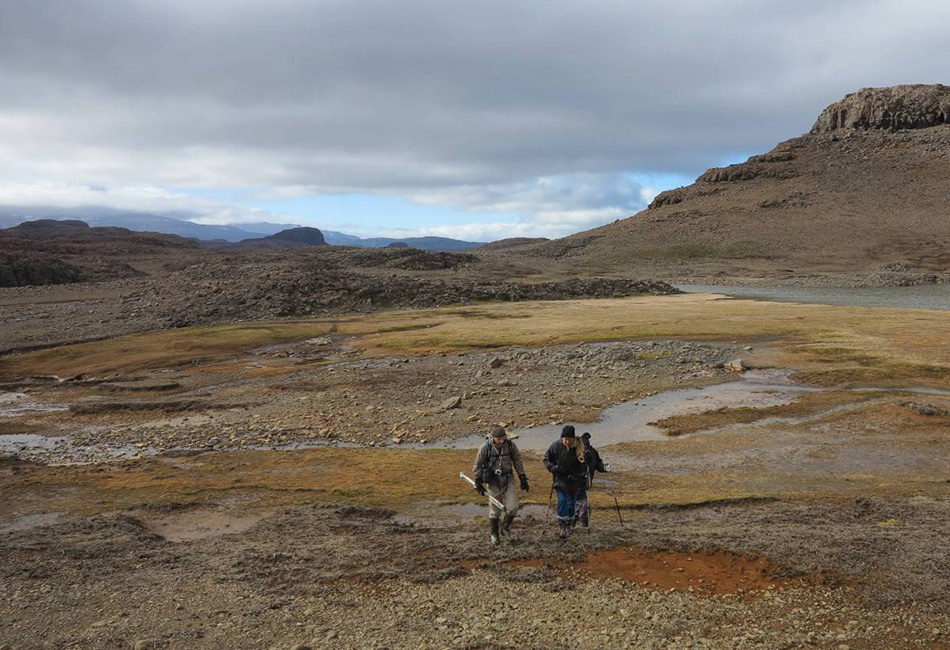 Архипелаг Кергелен называют также «заброшенными островами». Он находится на юге Индийского океана, и единственный способ до него добраться — провести 6 дней на лодке, идущей с острова Реюнион близ Мадагаскара. Ученые и инженеры приезжают на архипелаг и живут здесь целый год из-за его близости к Антарктиде.