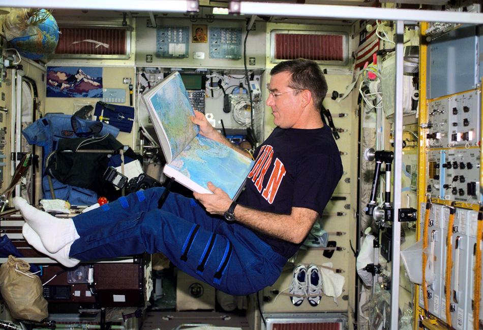 Астронавт Джеймс Шелтон Восс, из-под ног которого в 2001 году в открытом космосе ушла подставка-крепление. Последвух дней движения по орбите 7-килограммовый металлический предмет размером 15x30 сантиметров вновь приблизилась к МКС, из-за чего даже пришлось изменить траекторию движения последнего.