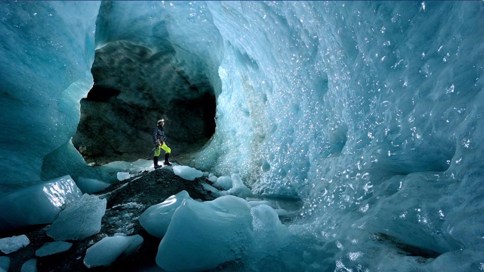Спелеология, или путешествие по пещерам — такой своеобразный вид спорта, который заключается в исследовании подземных пещер. Как и в любом спорте, здесь есть профессионалы и любители. Робби Шона можно причислить к спелеологам-экстремалам. Он объездил весь мир — от Борнео до Новой Гвинеи — в поисках самых труднодоступных и самых странных пещер. При этом он постоянно носит с собой тяжелое снаряжение для съемок надежде сделать «идеальный снимок».