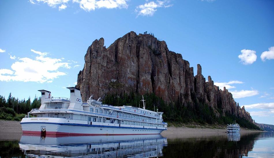 Чтобы увидеть столбы вживую, вы можете приехать на автомобиле, автобусе или приплыть на лодке в город Повровск, где находится главный офис природного парка. Отсюда вы можете отправиться на экскурсию по Лене и увидеть, к примеру, наскальные изображения на древних столбах.