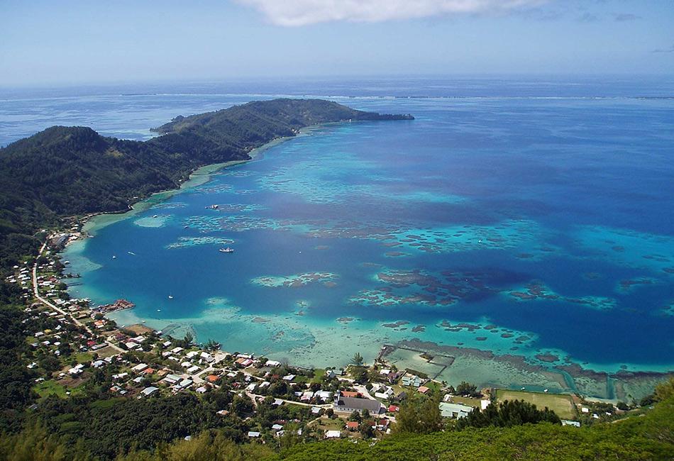 Состоящий из кучи крошечных островов архипелаг Питкэрн находится в самом центре южной части Тихого океана. Ближайшие из соседних островов находятся в сотнях киломтеров. Проживает здесь около 50 человек, и большинство из них ведут род от членов экипажа Корабля Его Величества «Баунти», закончившего свою богатую историю на Питкэрне.