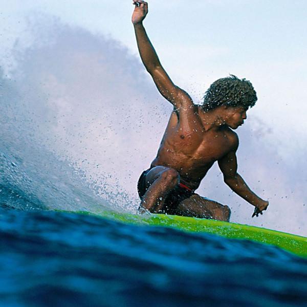 Уроженец Гавайских островов Монтгомери «Баттонс» Калухиокалани — один из самых одаренных серферов в истории. На фото он в гавайском Велзиленде. 1975 год.