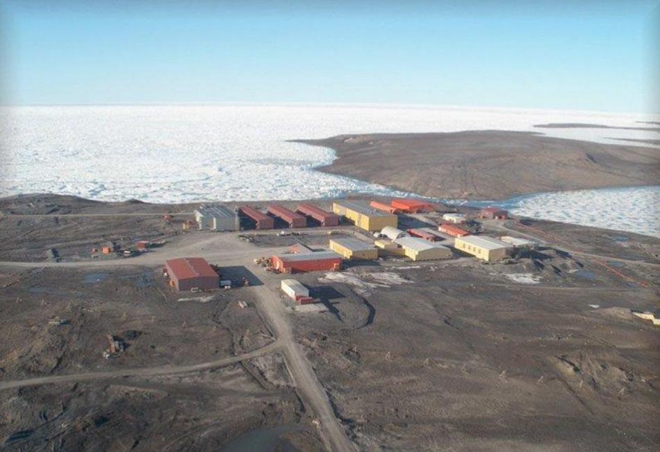 Алерт, отдаленная деревушка в канадской провинции Нунавут, находится всего в 750 километрах южнее Северного полюса. Круглый год здесь проживает всего 5 человек, вероятно из-за сильно низких температур. Летом здесь солнце светит 24 часа в день, а зимой, напротив, все время темно. Ближайший уголок цивилизации — рыбацкая деревня примерно d 1 800 километрах. В Алерте есть аэропорт, который используют военные, но из-за сверххолодного климата делать это получается крайне редко.