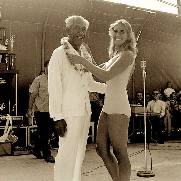 Кэнди Калхун унаследовала увлечение серфингом от своей матери Мардж. На фото она вместе с отцом современного серфинга и олимпийским чемпионом по плаванию Дюком Каханамоку во чемпионата США по серфингу в Хантингтон Бич на юге Калифорнии. 1964 год.