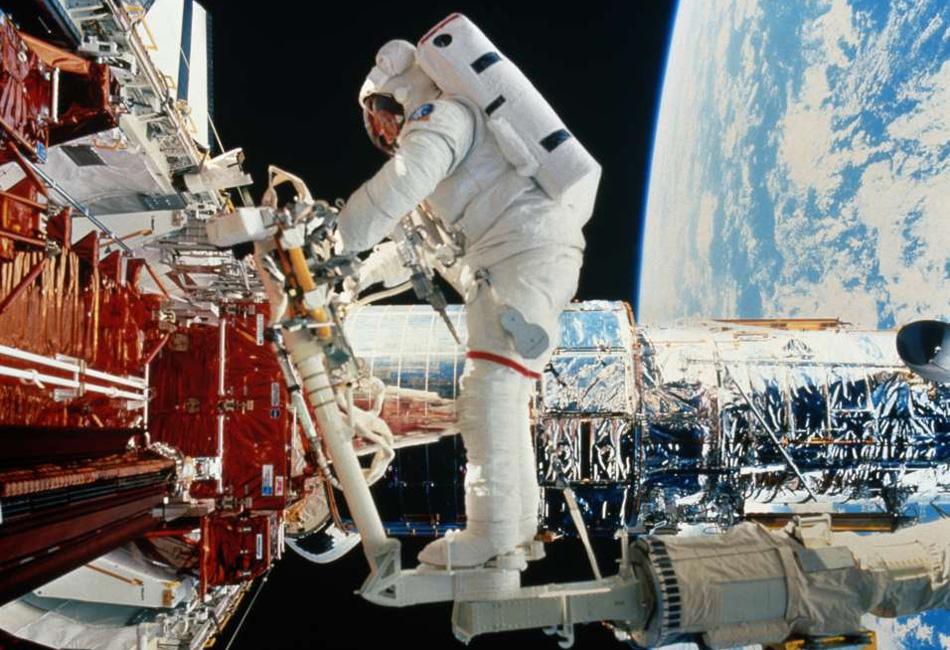 Мячики для гольфа. На фото изображен российский космонавт Михаил Тюрин в момент подготовки к удару клюшкой для гольфа по специальному мячу от канадской фирмы Element 21. Космический маркетинг, состоявшийся в ноябре 2006 года, стал вторым случаем игры в гольф в космосе. За 35 лет до этого американец Алан Шепард тоже сделал пару ударов по мячикам, но тогда это происходило на поверхности Луны, где те до сих пор и лежат.