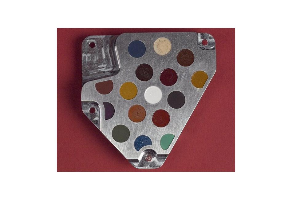 Цветовая диаграмма авторства Дэмиена Херста, 2003. Этот предмет искусства был отправлен вместе с посадочным модулем «Бигль-2» на Марс с той только целью, чтобы по нему проводилась калибровка световосприимчивых приборов. Сразу после посадки связь с аппаратом была потеряна, так что остается только догадываться распознают ли марсиане в этой штуковине арт-объект или примут за неотъемлемую деталь марсохода.