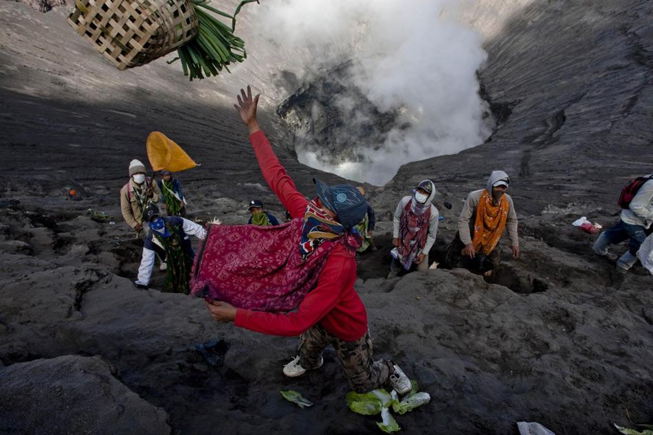 Каждый год местные тенгеры приносят дары вулкану во время фестиваля Ядная Касада: цветы, фрукты, овощи и скотину. Все это сбрасывается в кальдеру вулкана. Организует ритуал храм под названием Пура Лухур Потен, который располагается в Песчаном море и целиком построен из вулканических пород.