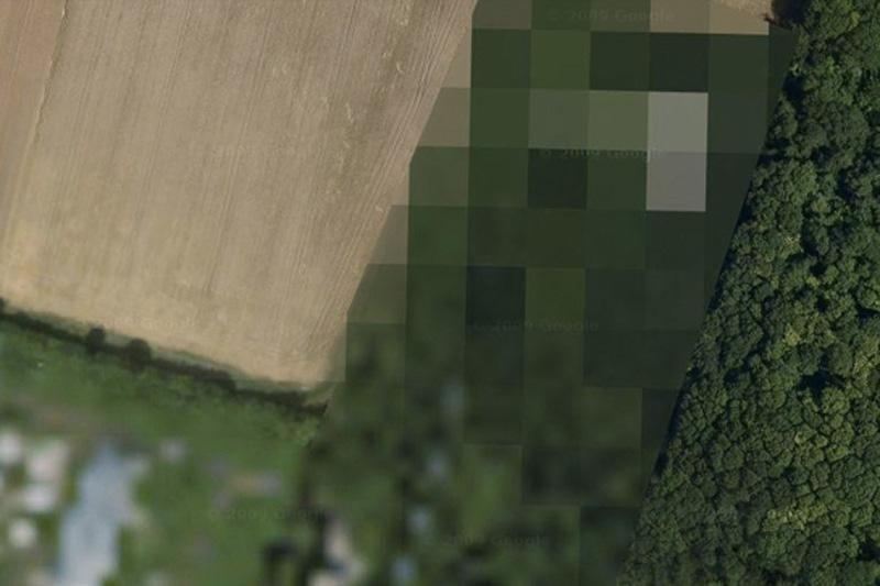 В городе Реймс во Франции находится авиабаза 112 Реймс—Шампань. Google показывает ее в виде размытых квадратов.