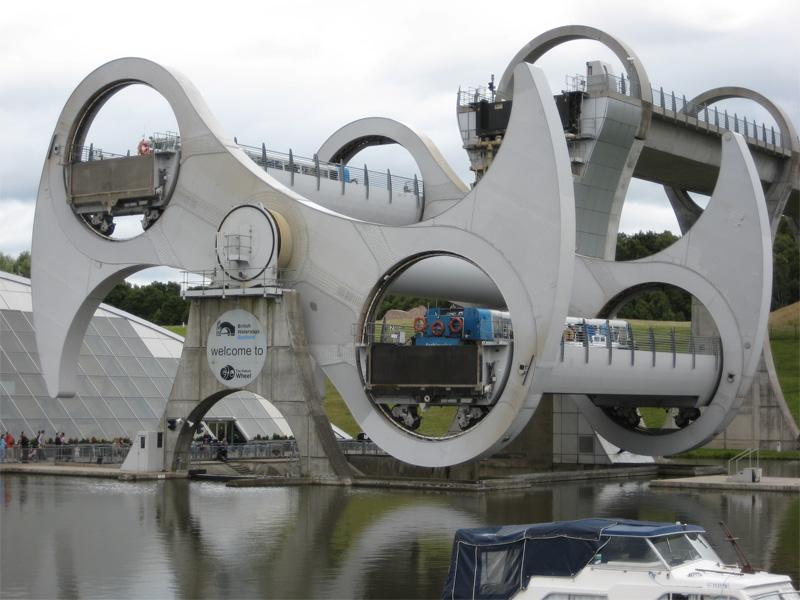 Перепад высоты между каналами Юнион и Форд-Клайд в Шотландии составляет порядка 24 метров. Изначально они были соединены одиннадцатью шлюзами, но когда канал решили закрыть, в 30х годах их засыпали. Во время реконструкции в конце 20 века вместо прежней громоздкой инженерной системы канал было предложено оборудовать шлюзовым судоподъемником. Время оборота колеса-лифта — около 15 минут. Выбрав экскурсионный тур по каналам, на работу единственного в мире вращающегося гидролифта туристы могут посмотреть изнутри.