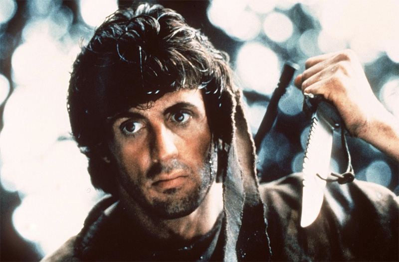 Такой нож принято называть survival knife. Им можно делать все — резать проволоку, рубить деревья и свежевать туши. Длина клинка — 20 см, толщина лезвия возле гарды — 3 миллиметра. Больше чем сам герой картины «Рэмбо: первая кровь» зрителям запомнился легендарный нож выживания Рэмбо. Назывался он The Mission и был изготовлен специально для съемок фильма оружейным мастером Джимом Лайлом, который дополнил клинок Боуи устрашающими зубьями.