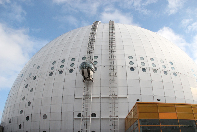 Подъем на лифте SkyView предоставляет возможность полюбоваться видами Стокгольма с высоты птичьего полета. Со скоростью 1 м/с стеклянная гондола перемещается по крыше крупнейшего сферического сооружения в мире, Глобен-Арены, и доставляет своих пассажиров на высоту 130 метров над уровнем моря.
