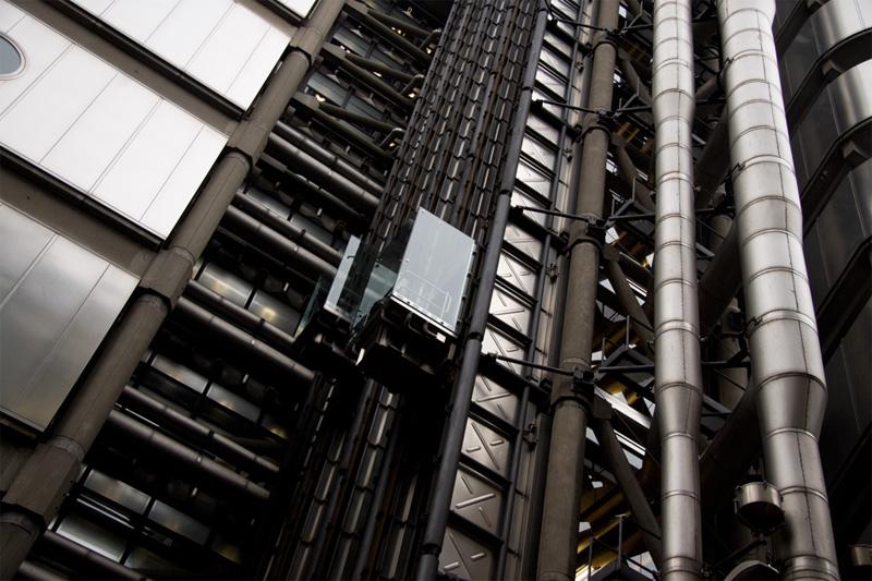 Второе название здания Ллойд-билдинг в Лондоне — дом наизнанку. Получил он его за то, что инженерные коммуникации, лестницы и лифты архитекторы разместили снаружи. Стены всех 12 лифтов выполнены из стекла, что во время подъема обеспечивает беспрепятственный обзор на окрестности. Доступ в здание имеют только сотрудники, но во время ежегодного Open House London зайти в Ллойд-билдинг и прокатиться на лифте может любой желающий.