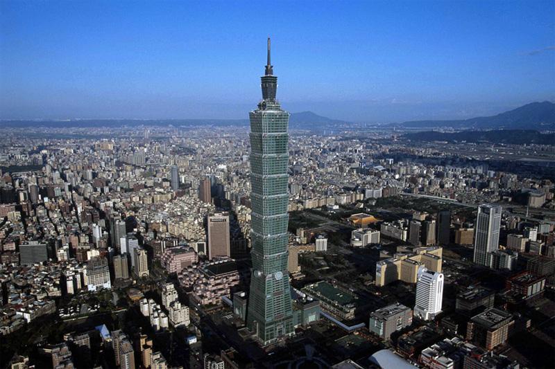 В списке самых высоких зданий в мире Тайбэю 101, расположенному в Тайбэе, досталось всего лишь 5 место, однако лифты небоскреба не имеют себе равных по скорости и считаются самыми быстрыми лифтами в мире. Поднимаются они со скоростью 60,6 км/ч. Поездка от пятого этажа до обзорной площадки на 89-м занимает всего 39 секунд.