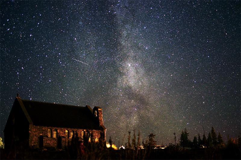 Еще в 60-х годах астроном Франк Бейтсон заметил, что вблизи озера Текапо в Новой Зеландии отчетливо виден Млечный путь и небо почти кажду ночь усеяно миллионами звезд. В 1965 году на горе Джон была построена обсерватория, а звезды стали одной главных местных достопримечательностей. Чтобы защитить место от светового загрязнения, свет городских фонарей направлен строго вниз и уличное освещение выключается раньше.