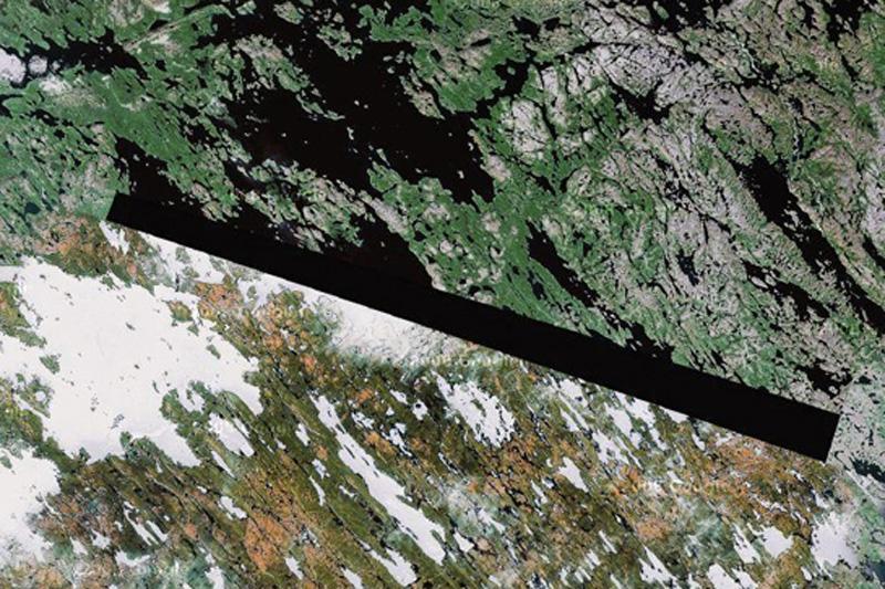 Озеро Бейкер, территория инуитов в северной Канаде. Некто, назвавшийся доктором Бойланом, полагает, что темный участок на этом снимке и в некоторых других местах, блокируется внеземными маяками инопланетян.