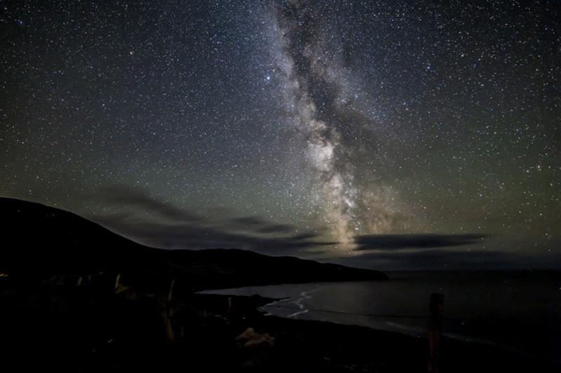 В ночном небе над Графством Керри в Ирландии можно увидеть Млечный путь и метеоры, за что место получило отметку «золотой уровень» и было включено в список заповедников темного неба.