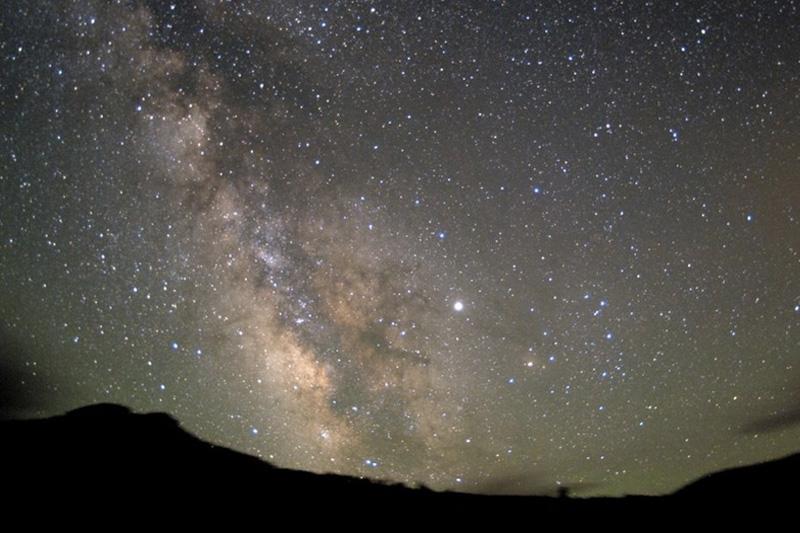 Самое жаркое и самое сухое место в Северной Америке — национальный парк «Долина смерти» — является идеальной площадкой для наблюдений за звездами. Единственной «подсветкой» неба над пустыней служат тысячи звезд и множество созвездий.