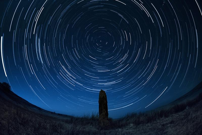 После того, как национальному парку Брекон-Биконс был присвоен статус заповедника ночного неба, все искусственное освещение оснастили специальной защитой, снижающей световое загрязнение. Астрономы утверждают, что в ясную ночь над парком можно увидеть Млечный путь, несколько созвездий и метеорные потоки.