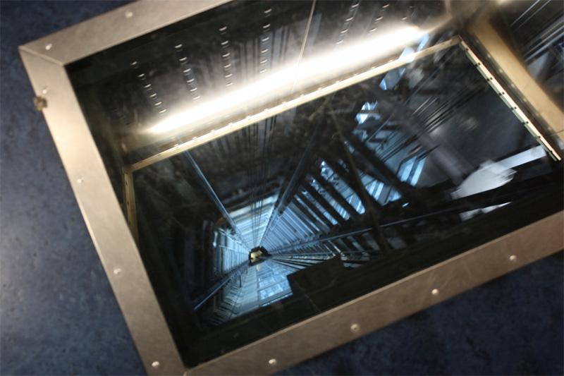 Пол лифтов328-метровой башни Скай Тауэр в деловом центре Окленда частично выполнен из стекла. Пока лифт поднимается со скоростью 18 км/час наверх, под ногами пассажиров разрастается бездна.