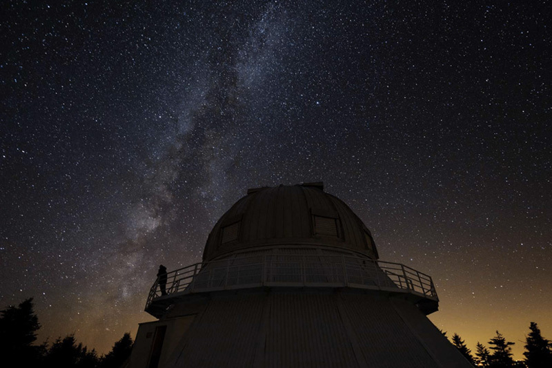 Усилиями Международной ассоциации за сохранения темного неба место вокруг обсерватории Мон-Мегантик стало первым заповедником темного неба. Благодаря тому, что место пытаются защитить от светового загрязнения, почти каждую ночь здесь можно наслаждаться красотой звезд, а в августе стать очевидцем метеоритного дождя.