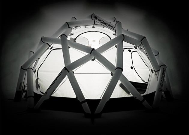 Mavericks: 13 квадратных метров внутреннего пространства и двухметровая высота позволяют комфортно разместить в палатке до 10 человек — вместе с оборудованием. Производители Mavericks утверждают, что умудрились сделать самую ветроустойчивую палатку в мире, способную выдерживать ураганные ветра скоростью до 180 км/ч.