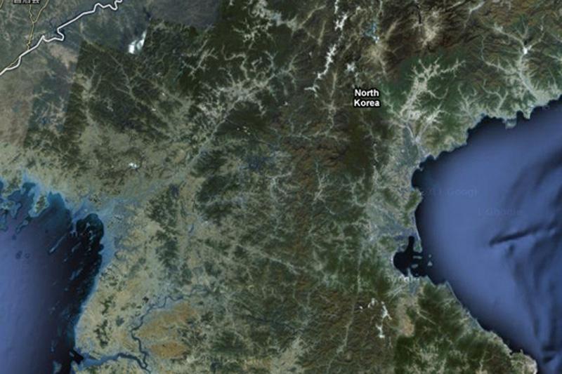 Северная Корея считается одной из самой изолированных стран в мире. Интернет и сетевые технологии здесь под строгим надзором, а в Google Mapsстрана не имеет дорожных маршрутов, названий улиц или любых других идентифицирующих деталей.