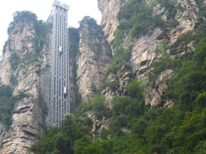 Подъемник Bailong Elevator, или Лифт Ста Драконов, располагается в национальном парке Чжанцзяцзе в провинции Хунань, в Китае. Перемещается он вдоль склона массивного горного хребта, за пару минут поднимая туристов на вершину горы высотой 330 метров, где оборудована смотровая площадка. Лифт занесен в Книгу рекордов Гиннесса как самый высокий лифт в мире на открытом пространстве.