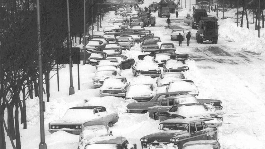 Чикаго, США 1967 — 58 сантиметров снега Этот снегопад запомнился как «Снежная буря 67-го». Он ударил по Среднему Западу США от Мичигана до Индианы. Рекорд по уровню выпавшего за сутки снега был зафиксирован в Чикаго, штат Иллиноис. Всего снежная буря унесла жизни 76 человек, 26 из которых были из Чикаго.