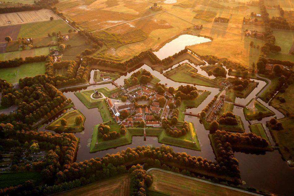 Деревня Буртанг на востоке Нидерландов, имеющая интересную планировочную структуру в виде звезды.