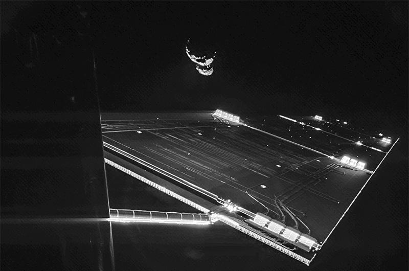 И, наконец, недавний снимок, ознаменовавший завершение одной из самых амбициозных миссий в истории освоения космоса, длившейся 10 лет — сэлфи зонда «Филы» перед посадкой на комету Чурюмова — Герасименко.