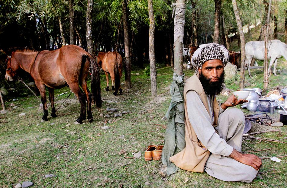 Абдул Рейман пьет традиционный кашмирский соленый чай в лагере близ деревушки Канган.