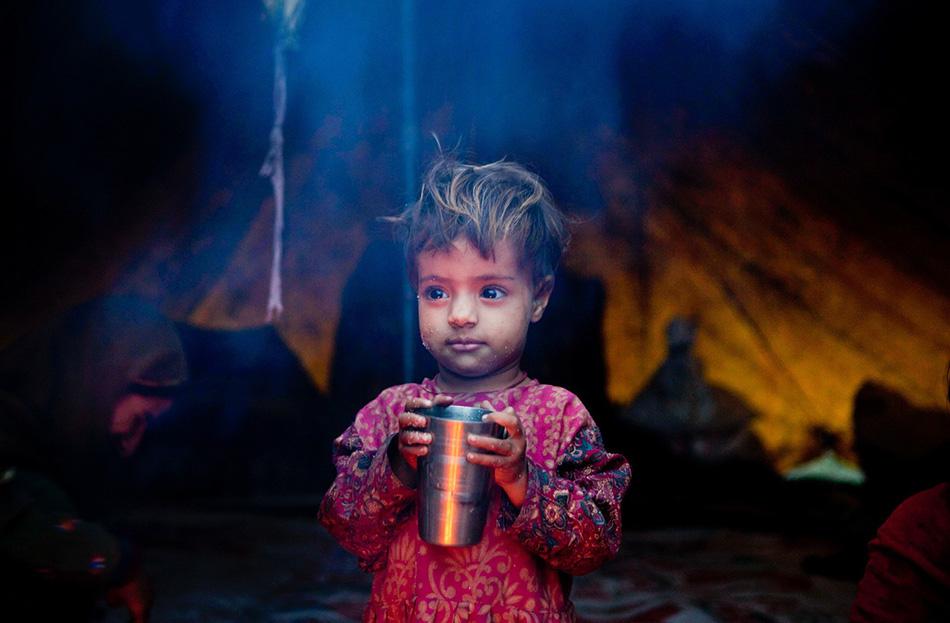 Салина Хан — одна из множества детей, растущих вместе в общине кочевников.
